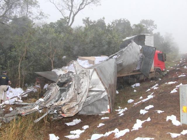 Acidente entre 2 caminhões deixa 3 vítimas e interrompe a BR-163