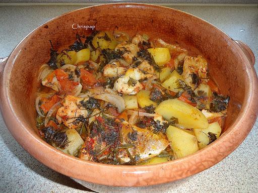 Πήλινο σκεύος με ετοιμη τη συνταγή μας,έχει μέσα μομμάτια μπακαλιάρου ,ντομάτα,πατάτες κρεμμύδι ,σκόρδο,καρότο και μαιντανό
