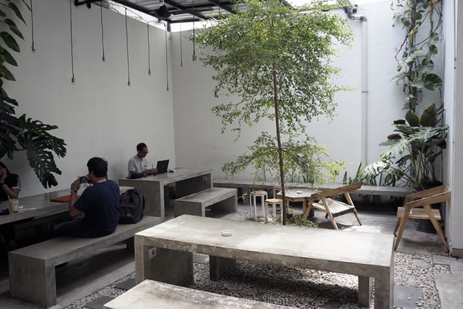 Meja dan kursi di Hayati Coffee Jogja
