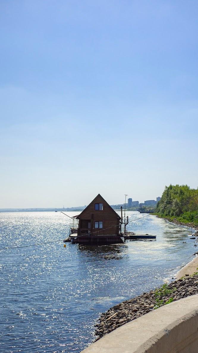 Плавающий домик Волга река
