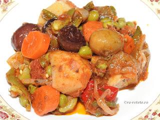 Ghiveci de legume de post reteta mancare de casa taraneasca cu ceapa cartofi morcovi ardei dovlecei vinete usturoi masline rosii mazare fasole retete tocana,