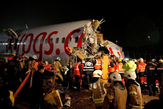 Boeing 737 vara a pista e se desmonta no solo