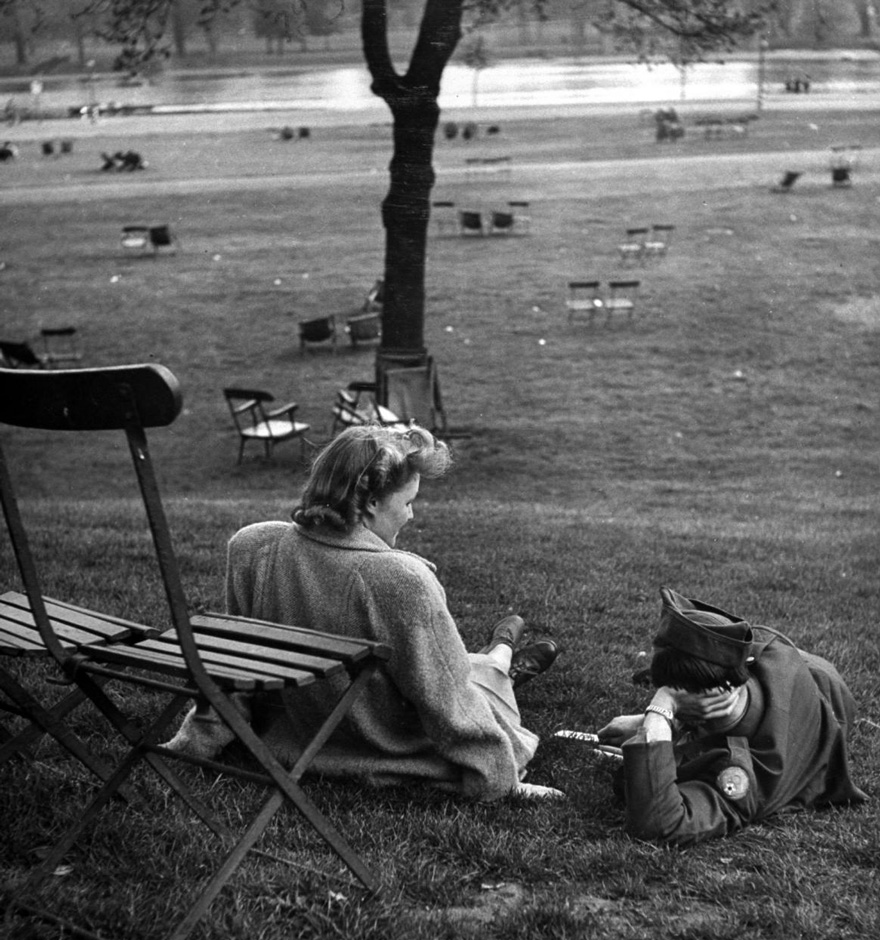 60 + 1 Heart-Warming Historical Pictures That Illustrate Love During War - Anglo-American Friendship Is Furthered By Boy And Girl Meetings In Hyde Park, 1945