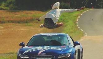 Remaja Nekat Melompati Mobil yang Melaju 150 Km/Jam