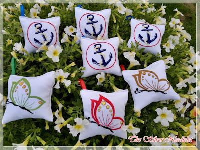 Ręcznie haftowane poduszeczki breloczki z imionami/Hand embroidered pillows – keyrings with names