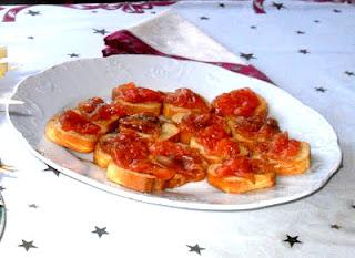 Tostaditas cubiertas con salmón marinado casero y eneldo