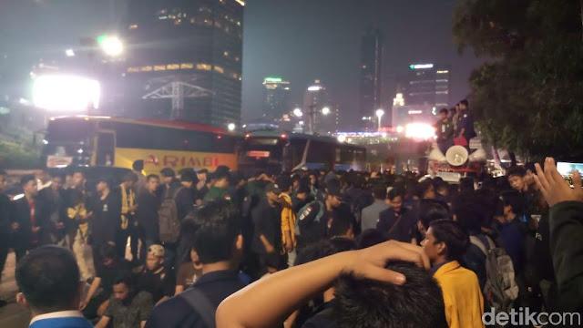 BEM SI Demo di Depan Hotel Sultan Jelang Debat Pilpres Pamungkas