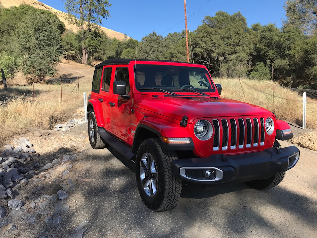 Front 3/4 view of 2019 Jeep Wrangler Unlimited Sahara 4X4