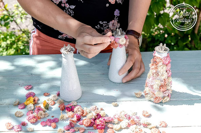 Kerzenhalter mit Trockenblumen bekleben.