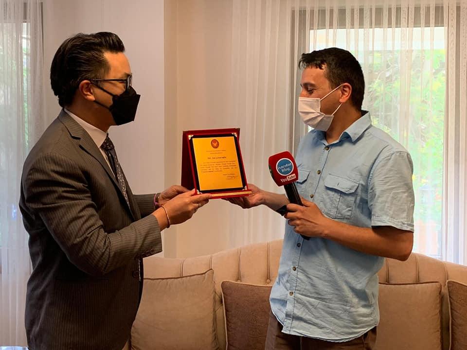 Hayatımda İlk Defa Plaket Aldım Teşekkürler Tayland Ankara Büyükelçiliği Maslahatgüzarı Shakir Sevikul