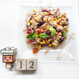 Ensalada de arroz tricolor con almejas, aguacate, frambuesas, arándanos y maíz.