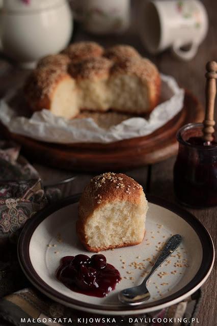 bułeczki drożdżowe odrywane, ciasto drożdżowe wyrastające na zimno, przepis na drożdżówki