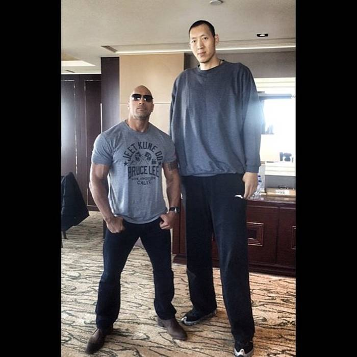 Dwayne Johnson (198 cm), with one of the tallest basketball players in the world: Sun Ming Ming (236 cm)