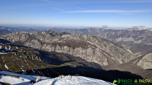 Vista de los Tornos de Pandemule, Llambria y Campigueños desde la cima de la Peña del Viento