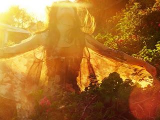 Czarownica ciesząca się słońcem