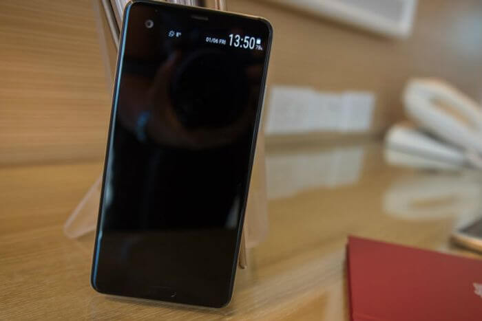 Review HTC U Ultra on test: glass smartphone with dual display