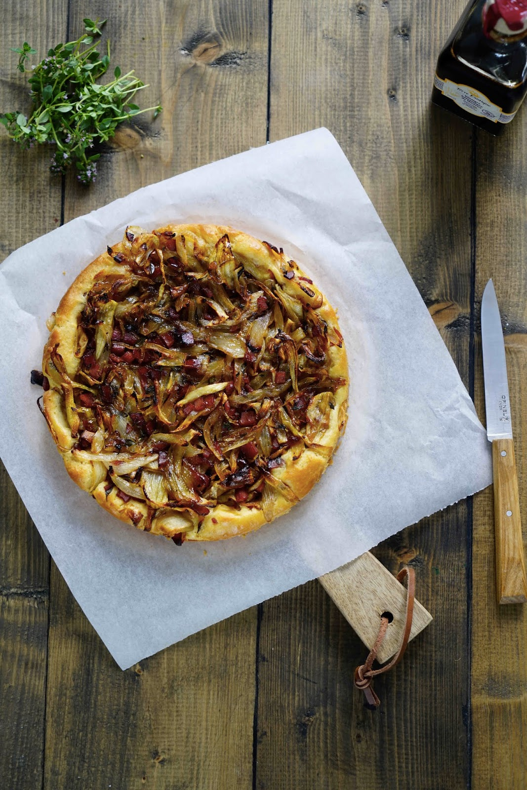 pâte levée , tarte salée d'été , oignons confits , recette facile , recette rapide