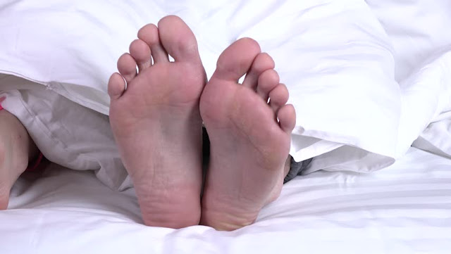 picioare de sub patura