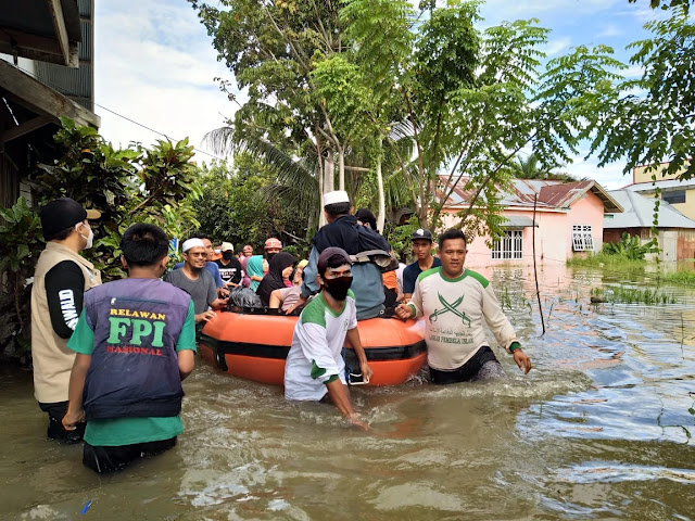 Aksi Sosial FPI untuk Korban Banjir Dibubarkan, Aziz Sebut Polisi Kurang Piknik