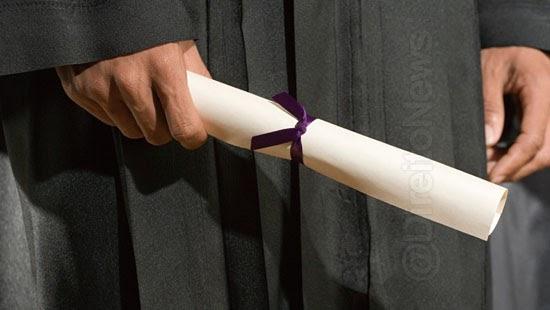 faculdade indenizacao aluna diploma invalidado graduacao