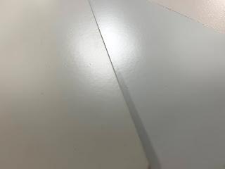 과경화로 광택과 색상이 변한 시편(좌), 표준시편(우)