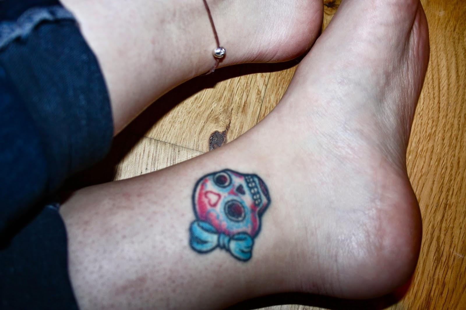 Totenkopf tattoo sugarskull dia de los muertos tattoo Totenkopf mit Schleife bunter Totenkopf Mädchentotenkopf Fußknöchel