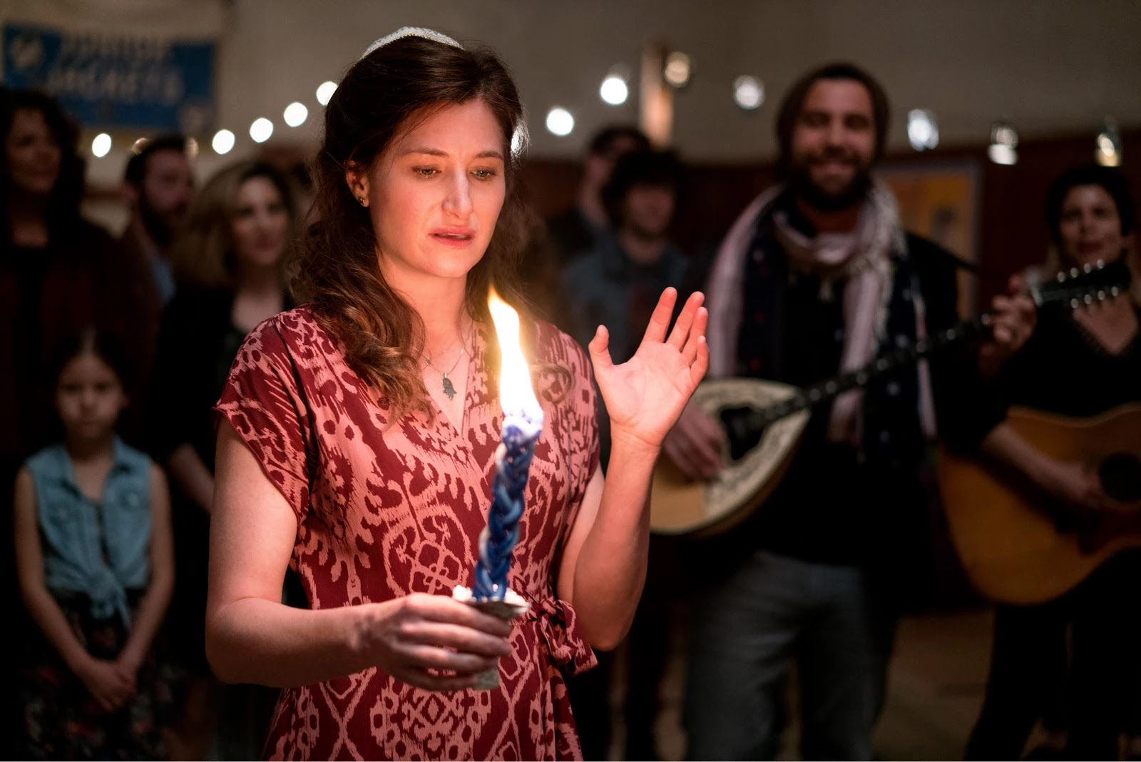 Raquel Fein con una vela en Transparent