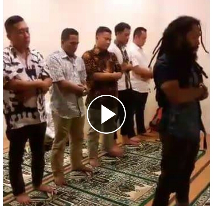 Video Pria Berambut Gimbal Imami Salat Wajib, Suaranya Bikin Merinding