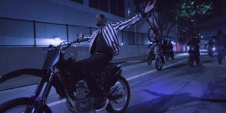 "Travis Scott lidera grupo de motociclistas no clipe de ""CAN'T SAY"""