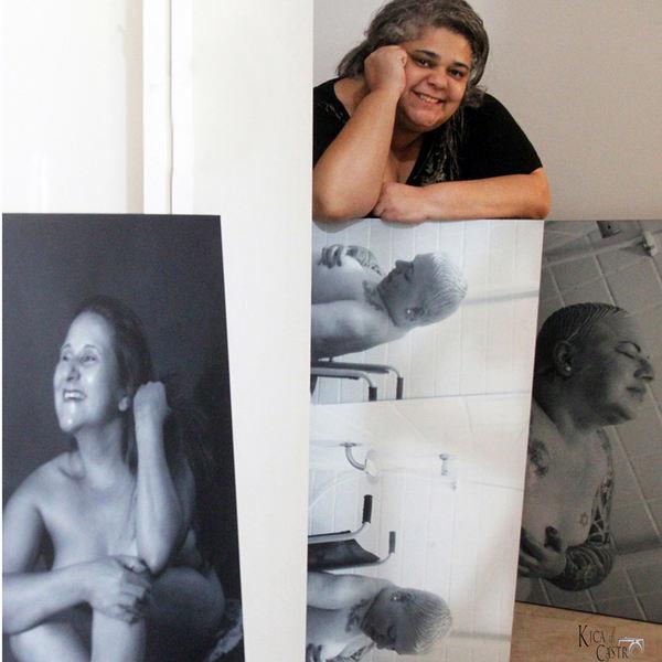 Kica de Castro é uma fotógrafa paulistana com um currículo invejável. Com formação em publicidade e propaganda e pós-graduada em fotografia, é um referencial quando o assunto é mercado de trabalho no mundo da moda e cultural para profissionais que possuem algum tipo de deficiência.