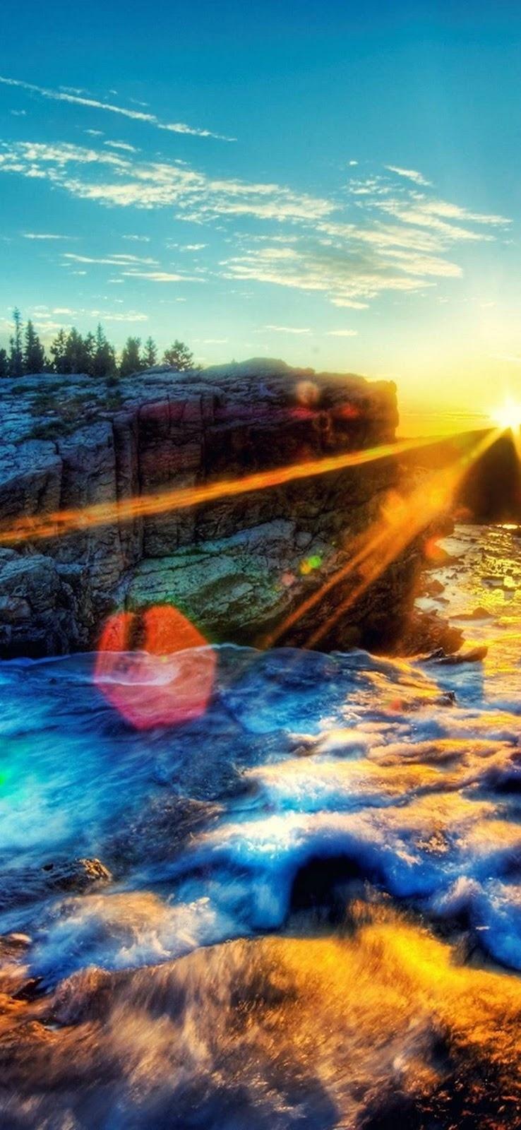 paesaggio di montagna, fiume, onde e rocce, tramonto
