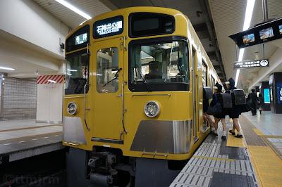池袋駅二番線停車中の西武鉄道2000系
