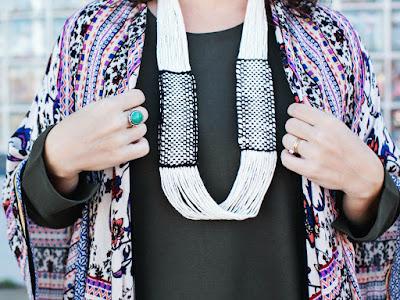 Collar infinito realizado con hilos de algodon y telar
