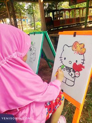 melukis salah satu kegiatan anak di situ bagendit