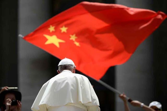 Voando ao Japão o Papa Francisco enviou saudações ao ditador comunista de Pequim e à governadora filo-comunista de Hong Kong Carrie Lam. Ignorou o sofrimento do povo dessa cidade. O povo que logo depois recusou a marcha anti-democrática em eleições com dimensões de referendo. Cfr: South China Morning Post