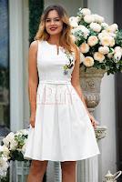 rochie-effect-eleganta-alba-cu-broderie-florala-si-funda-in-talie