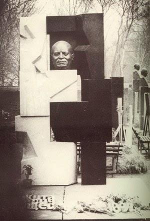 Il monumento funebre di Chruščёv, scolpito da Neizvestnyj.