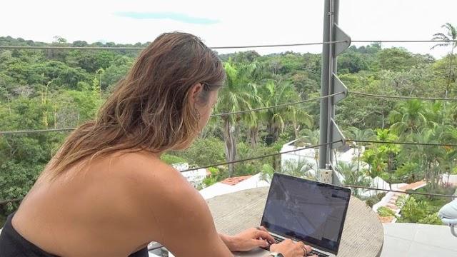 Nómadas digitales en el país navegan entre olas, tablas de surf y Sol