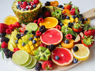 صورة جميلة لفاكهة استوائية منوعة مقطعة ومرتبة بشكل رائع وشهي جدا