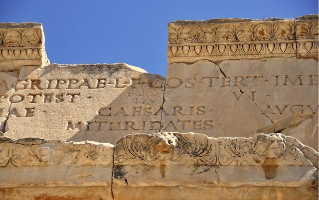 Έφεσσος (Έφεσος) ,επιγραφή σε μετόπη που αναφέρει το όνομα Μιθριδάτης Επιγραφή στην πύλη της νότιας Αγοράς της Εφέσου, γνωστή ως « πύλη του Μιθριδάτη », επί ημερών αυτοκράτορα Αυγούστου.