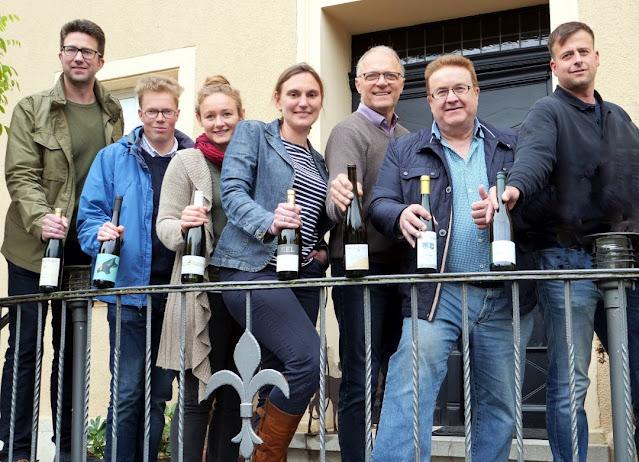 Die Winzerinnen und Winzer aus Rümmelsheim-Burg Layen (Foto aus 2019) freuen sich auf die Eröffnungsweinprobe@home.