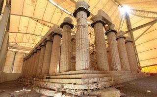 στον προαύλιο χώρο του ναού Επικούριου Απόλλωνος