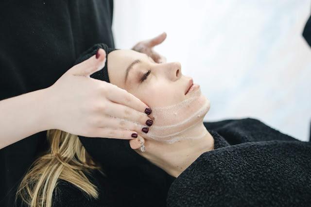 كيفية عمل أقنعة الوجه محلية الصنع للحصول على بشرة نظرة