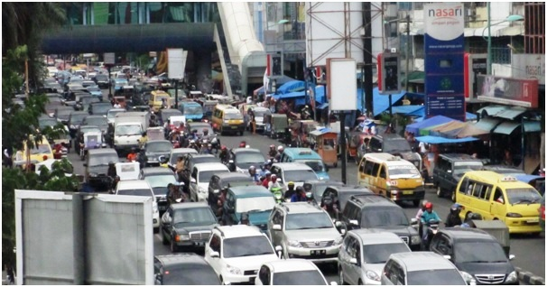 Suasana Lalu-Lintas di jalan Raya Gatot Subroto Medan (depan Carefour Plaza).