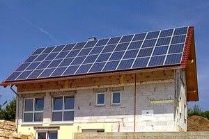 Bangunan, rumah yang menggunakan panel solar cell di atapnya | Blog Mas Dory