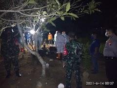 Babinsa Koramil Wiradesa Bersama Petugas Terkait Lakukan Pengamanan Pemakaman Jenazah Terkonfirmasi Covid-19