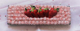 chiffon cake con crema di fragole e panna e coulis di fragole