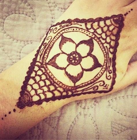 Gambar Henna Tangan 8