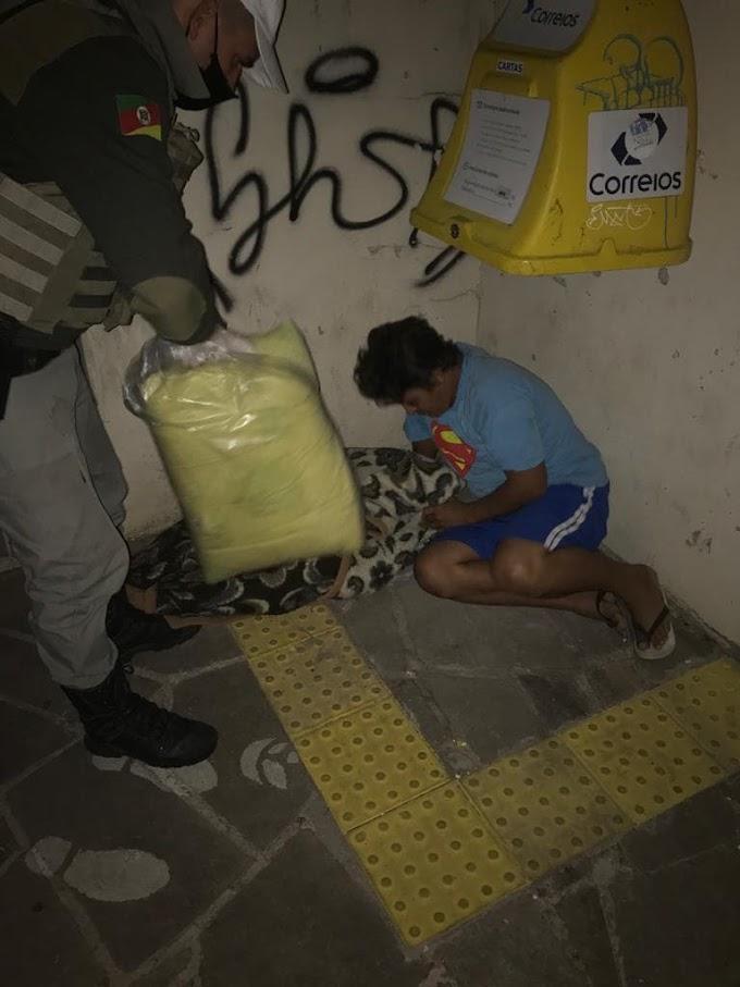Brigadianos do 17º BPM entregam cobertores para morador de rua em Gravataí