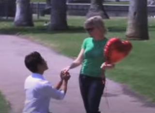 Heiratsantrag mit Herzballon.